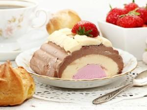 Extraordinario pastel helado con fresas