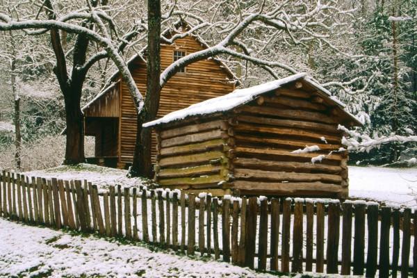 Nieve en la cabaña y el cobertizo
