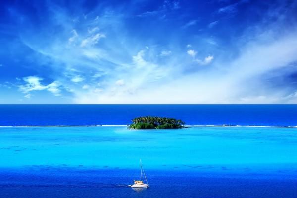 Un barco próximo a la isla