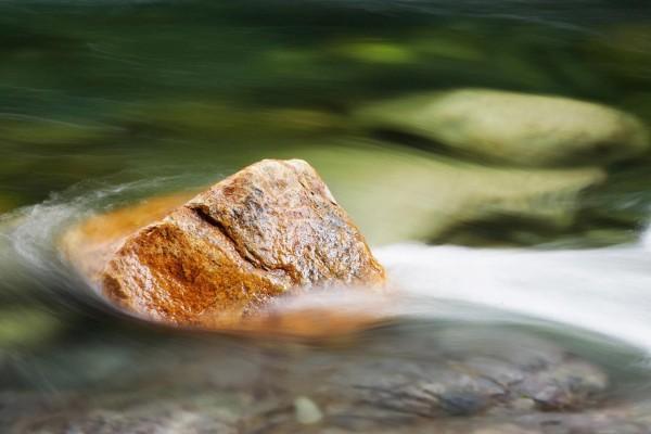 Piedra en la corriente de agua