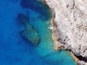 Postal: Agua clara junto al acantilado