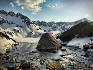Un río junto a montañas nevadas