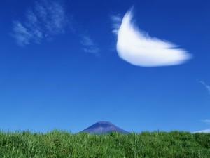 Nube en el cielo azul junto a la montaña