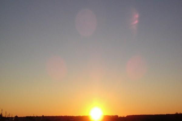 Brillante sol al atardecer