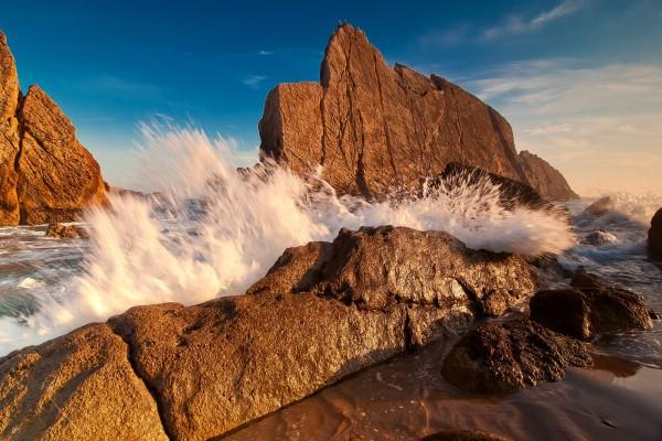 El agua del mar entre grandes rocas