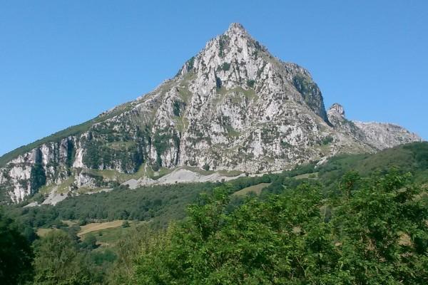 Montaña y cielo azul