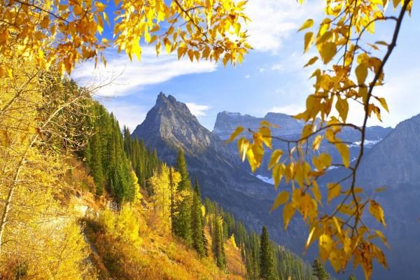 Impresionantes montañas en otoño