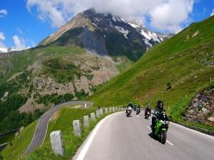 Motoristas en la carretera entre montañas