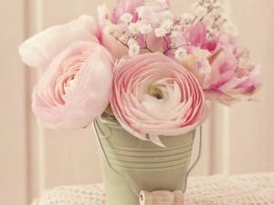 Excelentes y perfumadas flores rosas en un recipiente