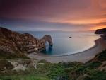 Preciosa playa con un arco de piedra natural