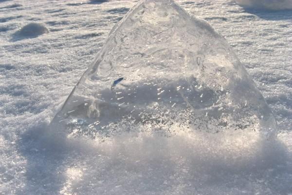 Bloque de hielo en el suelo helado