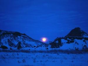 La luna entre las dos montañas nevadas