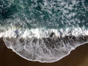 Postal: Vista aérea de la orilla del mar