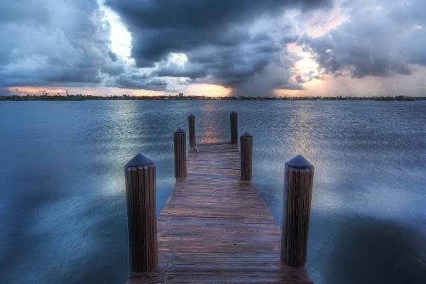 Muelle de madera sobre el lago