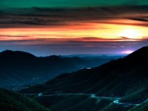 Carretera en la ladera de la montaña