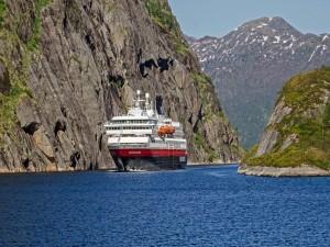 Elegante barco en aguas de Noruega