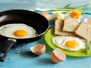 Exquisitos huevos con pan para el desayuno