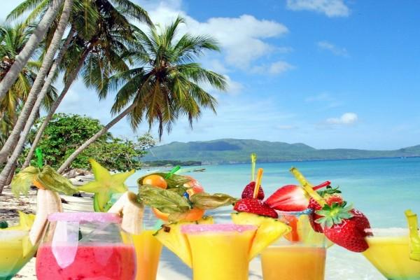 Cócteles tropicales en playa