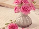 Florero con elegantes rosas de color rosa