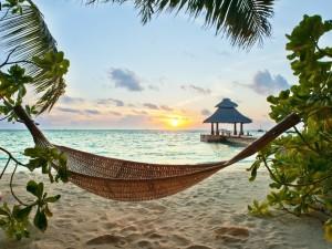 Postal: Hamaca en la playa para observar el atardecer