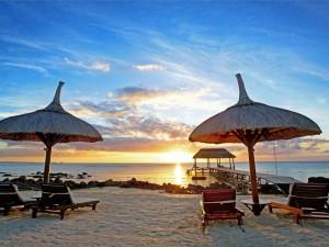 Los últimos rayos del sol iluminan el mar y la playa