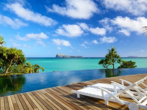 Postal: Tumbonas frente a un espectacular océano