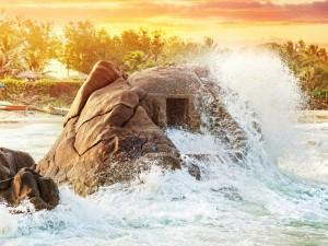 Las olas rompen contra una roca