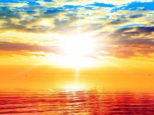 Contemplando el nacimiento del sol desde la playa