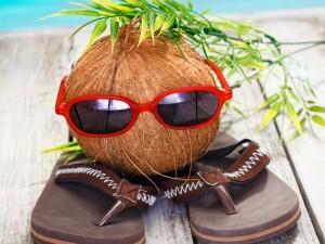 Ojotas y un divertido coco con gafas para el sol
