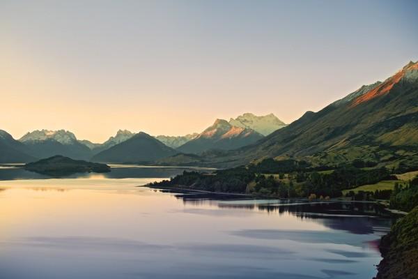 Un bonito lago entre las montañas