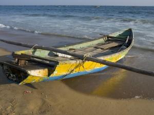 Un bote a orillas del mar