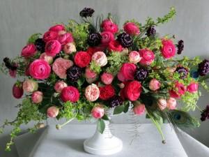 Variedad de flores en un jarrón