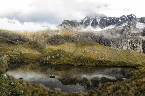 Niebla sobre las montañas próximas al lago