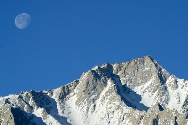 La luna sobre la montaña en una soleada mañana