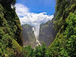 Vista de unas grandes cascadas en la naturaleza