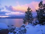 Bonito amanecer en un paraje nevado