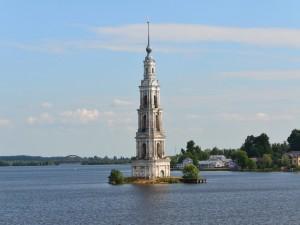 Campanario de la iglesia de San Nicolás sumergido en el embalse de Úglich (Rusia)