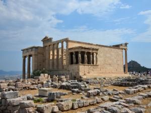 El templo Erecteion en la Acrópolis de Atenas (Grecia)