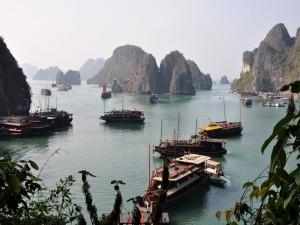 Elegantes embarcaciones en la Bahía de Ha Long, Vietnam