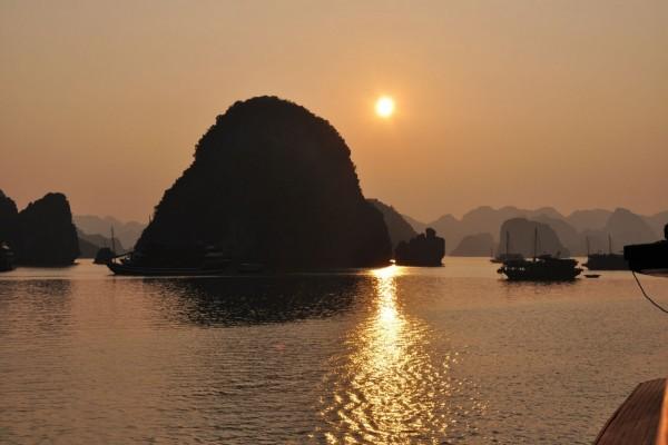 Los tibios rayos del sol iluminan la Bahía de Ha Long, Vietnam