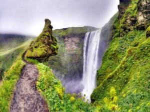 Postal: Nubes espesas sobre la cascada