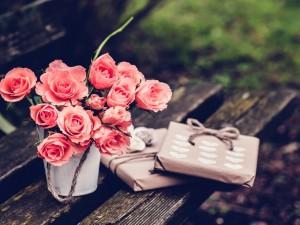 Postal: Jarrón con rosas y envases con regalos