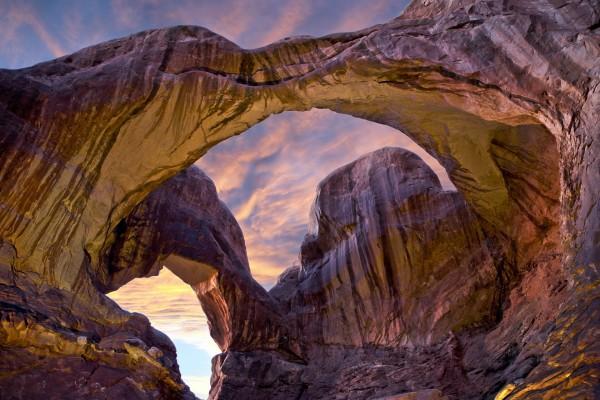 Observando el cielo a través de extrañas formaciones rocosas