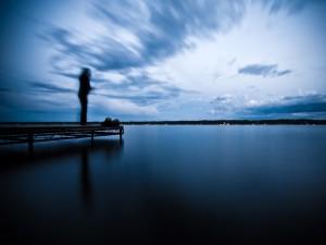 Una persona junto al lago