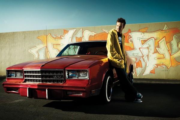 """Jesse apoyado en el coche """"Breaking Bad"""""""