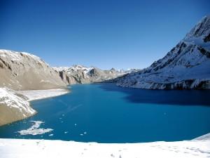 Lago entre montañas nevadas