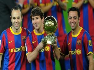 Postal: Leo Messi con el balón de oro 2010 y dos de sus compañeros del F. C. Barcelona