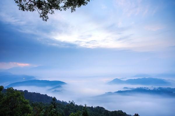 Nubes bajas al amanecer