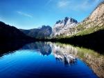 Ondas en el lago de montaña