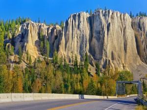Carretera hacia las grandiosas montañas